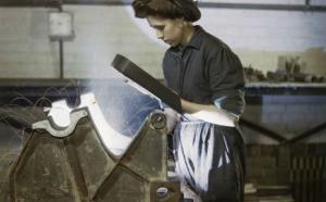 Photographie d'archive d'une travailleuse d'usine.