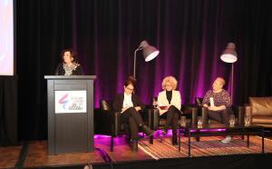 panel de trois femmes avec une animatrice au podium