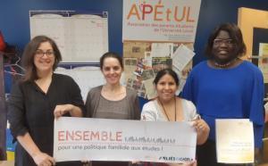 Quatre personnes tiennent un banderole disant Ensemble pour une politique familiale aux études!