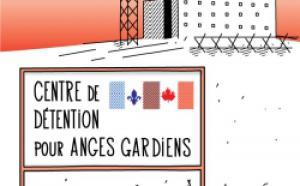 Centre de détention avec une pancarte en avant plan sur laquelle on peut lire : Centre de détention pour anges gardiens. Sur celle-ci on retrouve les drapeaux du Québec et du Canada.