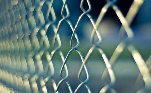 gros plan d'une clôture grillagée
