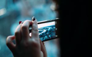 vue de dos d'une personne qui regarge son téléphone portable