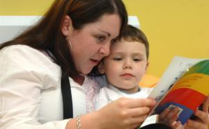 une femme lit à un enfant