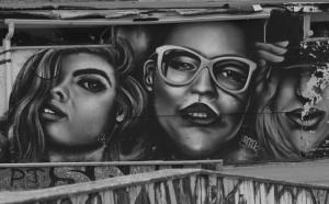 Art mural remprésentant trois femmes.