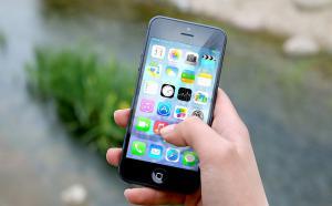 Gros plan sur une main qui tient un téléphone intelligent.