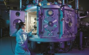Une personne travaillant dans un laboratoire.