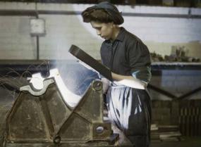 Photographie d'époque d'une travailleuse d'usine.