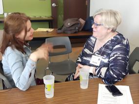 Deux personnes assisent discutent.