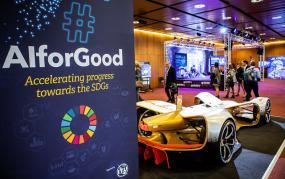 Vue sur une expo avec en avant-plan, un présentoir où il est écrit #AIforGood : accelerating progress towards the SDGs.