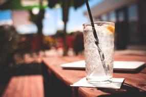 Gros plan sur un verre sur une table à l'extérieur.