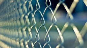 Gros plan sur une clôture.