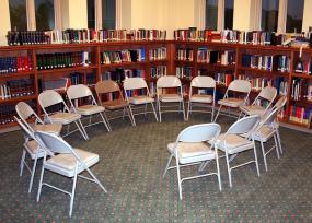 des chaises sont placées en cercle