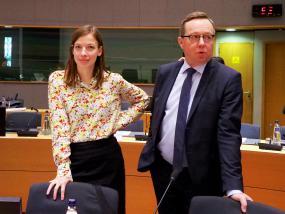 Les ministres debout dans une salle.