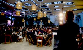 Vue de dos du maire de Medellín, M. Federico Gutiérrez, devant public.