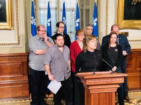 Vue sur la conférence de presse avec les représentants de la coalition et des élu-es.