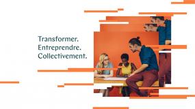 Sur la partie de droite, une personne est assise sur une table où deux personnes travaillent assises. À gauche, les mots Transformer, Entreprendre, Collectivement.