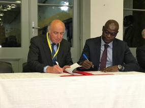 M. Jean-Paul de Gaudemar, recteur de l'AUF et M. Abdel Rahamane Baba-Moussa, Secrétaire général de la CONFEMEN signant l'accord côte-à-côte.