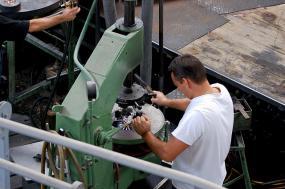 vue de haut d'un machiniste au travail