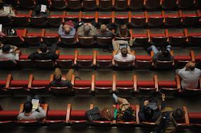 Vue de haut d'une assistance dans un auditorium