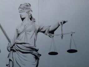 Photographie en gros plan d'une statue de la justice.
