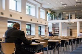 une personne travaille seule dans une bibliothèque