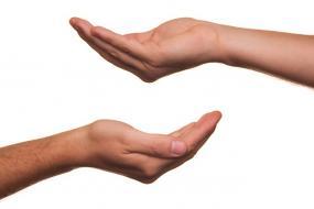 Deux mains placées une en haut de l'autre dans le sens opposé.