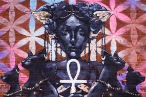 Art de rue d'une femme représentant la déesse égyptienne Bastet.