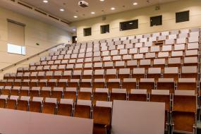 Photographie des sièges vides d'un amphithéatre.