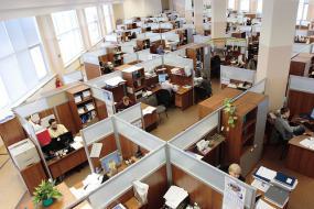 Vue de haut d'un bureau à aire ouverte.