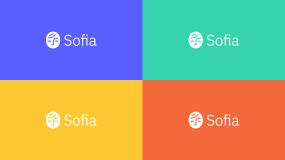 Collage de quatre logos sur différents fonds de couleur.