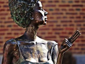 statue de bronze d'une femme