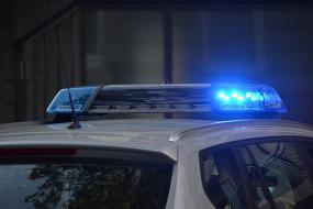 Vue sur les phares d'une voiture de police.