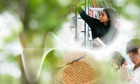 Photo-montage d'une personne qui prend un livre sur un étagère de bibliothèque, de scientifiques et d'un texte ancien.