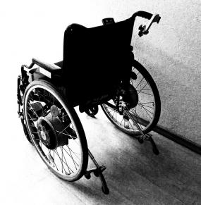 Une chaise roulante.