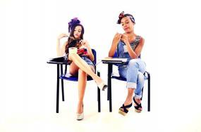 deux étudiantes avec des airs de dépit sont assises à leur pupitre