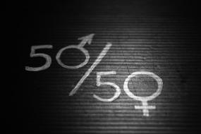 50/50. Les  signes masculins et féminins remplacent les zéros.