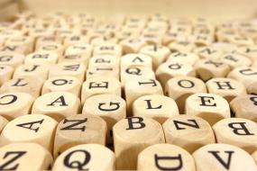 des cubes de bois avec des lettres différentes dessus