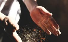 Photographie en gros plan d'une personne qui claque des mains. De la poussière est suspendue entre les mains.
