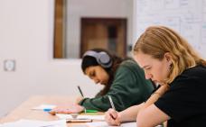 Photographie de deux étudiants qui étudient sur une table.