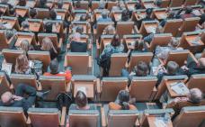Vue de haut de personnes assises dans un auditorium.