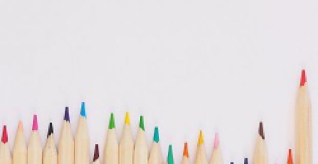 Rangée de crayons de couleur de grandeurs différentes.