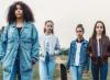 quatre filles se tiennent debout