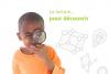 Un enfant tient une loupe de vant son oeil gauche.