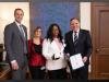Le ministre de l'Éducation et de l'Enseigement supérieur, Jean-François Roberge; l'enseignante Darquise Bergevin; la lauréate Édith Loualou Dion, et le premier ministre François Legault.