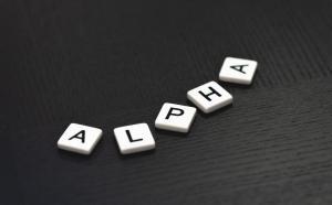 """Photographie de lettres Scrabble formant le mot """"alpha""""."""