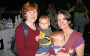Photographie de deux parents avec leurs deux jeunes enfants.