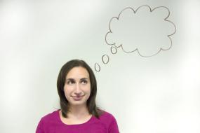 Une personne qui regarde un phylactère dessiné au-dessus d'elle.