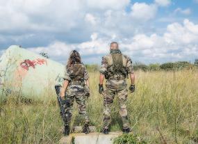 Vue de dos de deux membres des forces armées.