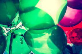 Plan rapproché de ballons verts et rouges.