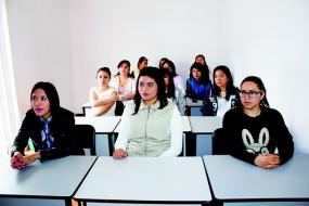 Photographie d'une salle de classe pleine d'élèves.